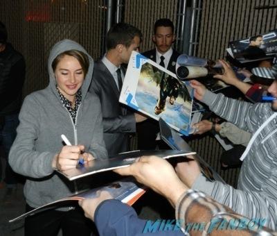 Divergent cast theo james Shailene Woodley signing autographs jimmy kimmel live 2014