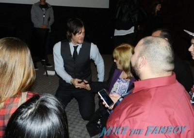 norman reedus signing autographs The Walking Dead season 4 q and a television academy 110