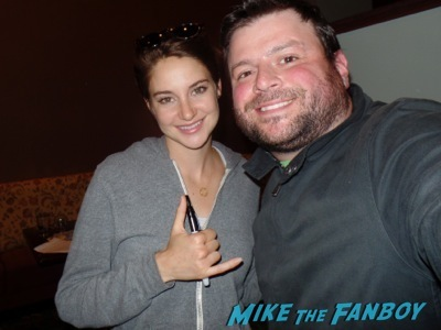 Shailene Woodley fan photo signing autographs divergent author