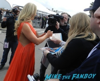 spirit awarsd 2014 celebrities signing autographs reese witherspoon (12)