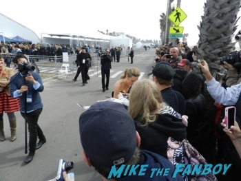 spirit awarsd 2014 celebrities signing autographs reese witherspoon (27)
