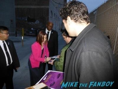 alyson hannigan jimmy kimmel live signing autographs 4