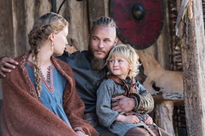 Aslaug (Alyssa Sutherland) has an important discussion with her husband Ragnar (Travis Fimmel)