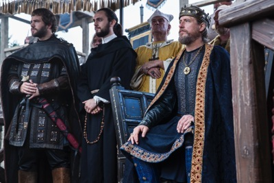 Athelstan (George Blagden) side by side with King Ecbert (Linus Roache)