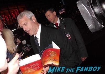 neil burger signing autographs Divergent berlin movie premiere theo james disses fans 1