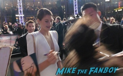 Shailene Woodley signing autographs Divergent berlin movie premiere theo james disses fans 3