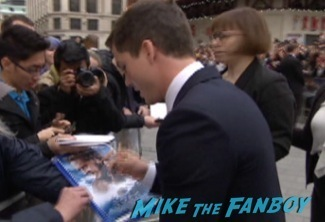 Noah UK Movie premiere russell crowe signing autographs emma watson 1
