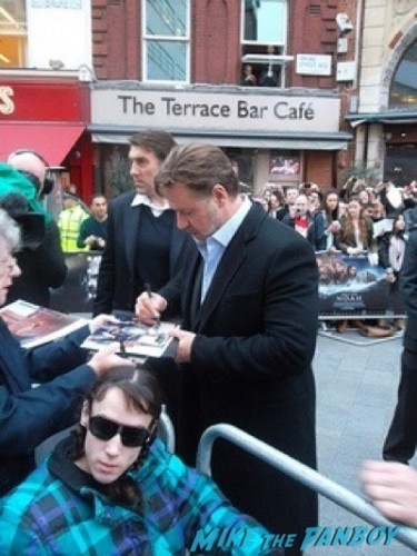 russell crowe signing autographs Noah UK Premiere Russell Crowe Emma Watson signing autographs4