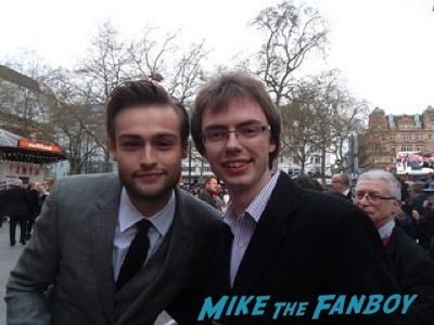 douglas booth signing autographs Noah UK Premiere Russell Crowe Emma Watson signing autographs9