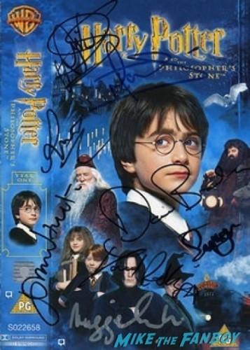 emma watson signing autographs Noah UK Premiere Russell Crowe Emma Watson signing autographs7