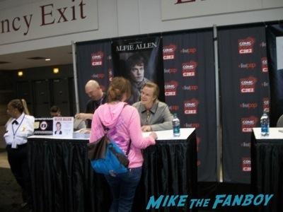 alfie allen signing autographs c2e2 chicago fan expo cosplay tyler posey teen wolf alfie allen 11