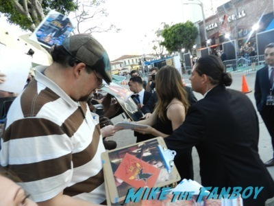 jennifer garner signing autographs draft day movie premiere jennifer Garner Tom Welling signing autographs 24