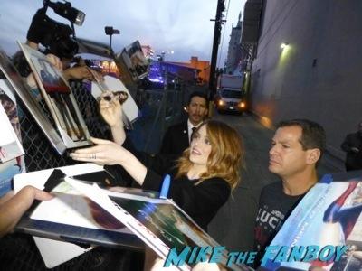 emma stone jimmy kimmel live signing autographs for fans 7