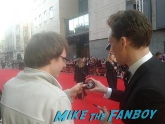 tom hiddeston signing autographs olivier awards 2014 signing autographs for fans 2