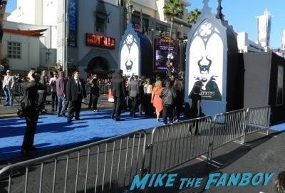 Maleficent los angeles premiere photos brad pitt signing autographs  angelina jolie   2