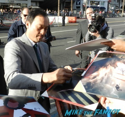 Ken Watanabe signing autographs Godzilla movie premiere aaron-taylor Johnson elizabeth olsen15