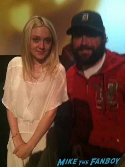 Dakota Fanning Kristen Ritter Fan photo selfie signing autographs 3