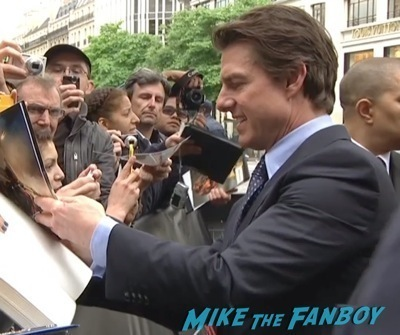 tom cruise signing autographs Edge of Tomorrow Paris Premiere Tom Cruise Emil Blunt signing autographs 1