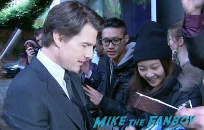 edge of tomorrow london premiere tom cruise signing autographs    4