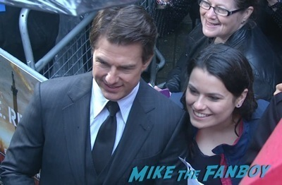 edge of tomorrow london premiere tom cruise signing autographs    5