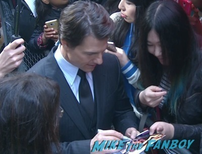 edge of tomorrow london premiere tom cruise signing autographs    6