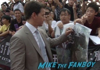 mark wahlberg signing autographs transformers hong kong premiere mark wahlberg signing autographs  1