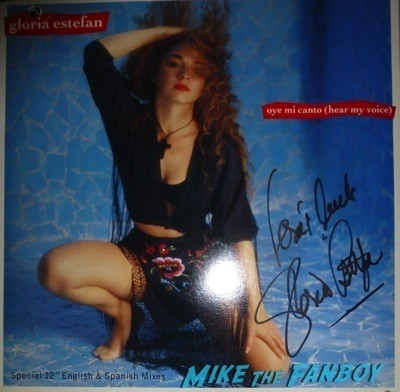 Kylie Minogue Gloria Estefan Signing Autographs for fans   7