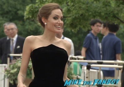 Maleficent Japan premiere angelina Jolie signing autographs elle fanning   15