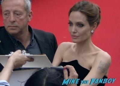 Maleficent Japan premiere angelina Jolie signing autographs elle fanning   4