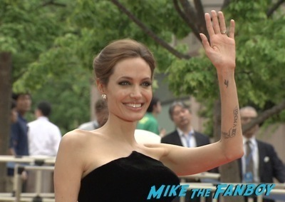 Maleficent Japan premiere angelina Jolie signing autographs elle fanning   5