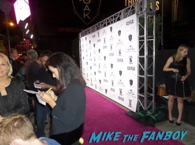 Paris-Hilton-selfie-fan-photo-signing-autographs-new-record-2.jpg