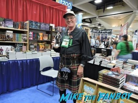 """A bookseller at Mysterious Galaxies is ready for """"Outlander""""! #PocketJaime approves"""