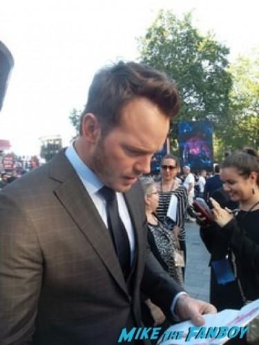 chris pratt signing autographs Guardians Of The Galaxy European premiere chris hemsworth chris pratt zoe saldana  3