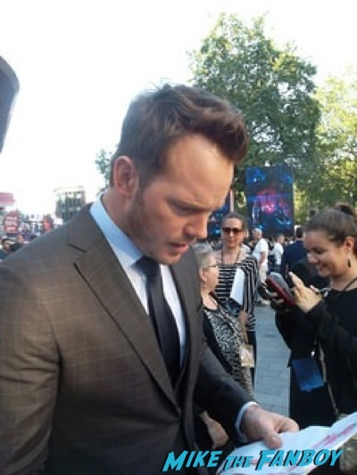 chris pratt signing autographs Guardians Of The Galaxy European premiere chris hemsworth chris pratt zoe saldana 3