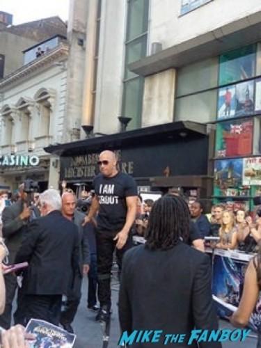 vin diesel signing autographs Guardians Of The Galaxy European premiere chris hemsworth chris pratt zoe saldana  5