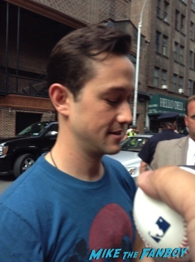 Joseph Gordon Levitt signing autographs david letterman 2