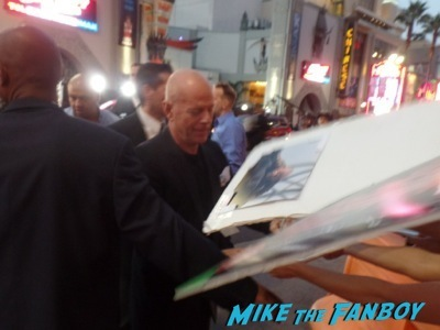 bruce willis signing autographs Sin City 2 a dame to kill for premiere los angeles