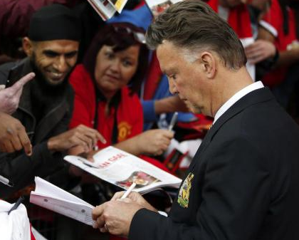 http://metro.co.uk/2014/08/28/why-louis-van-gaal-was-wrong-to-sign-autographs-after-manchester-united-were-tonked-4847710/