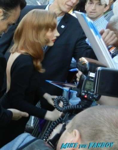 jessica chastain signing autographs Interstellar movie premiere Anne Hathaway jessica chastain signing autographs 14