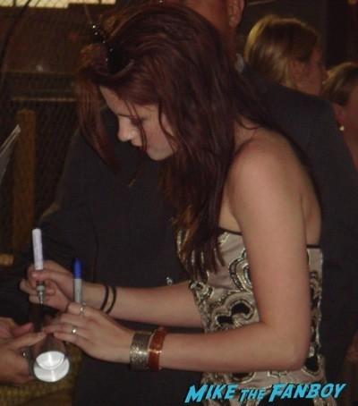 Kristen stewart signing autographs for fans jimmy kimmel live 16