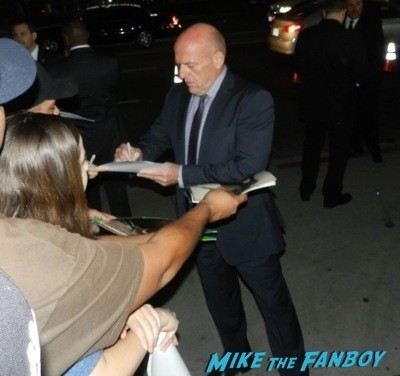 dean norris signing autographs The Men, Women & Children Premiere Jennifer Garner signing autographs dean norris 9