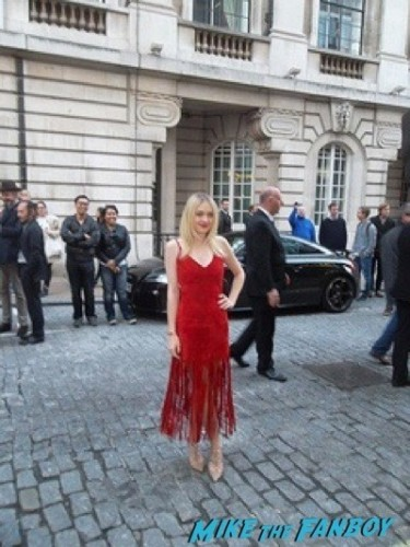 dakota fanning signing autographs fan photo rare Effie Gray premiere london dakota fanning signing autographs 5