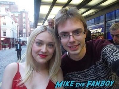 dakota fanning fan photo selfie Effie Gray premiere london dakota fanning signing autographs 6