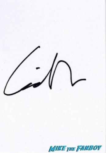 liam hemsworth signing autographs Hunger Games Mockingjay London Premiere Jennifer Lawrence signing autographs liam hemsworth 14