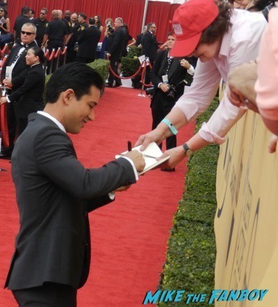 mario lopez signing autographs SAG Awards 2015 red carpet julia louis dreyfus ethan hawke signing autographs 13