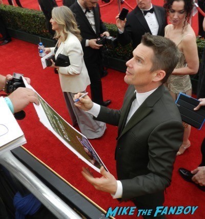 ethan hawke signing autographs SAG Awards 2015 red carpet julia louis dreyfus ethan hawke signing autographs 23