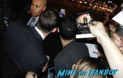 channing tatum signing autographs Jupiter Ascending movie premiere channing tatum mila kunis signing autographs 25
