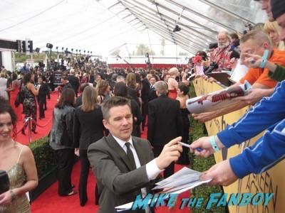 SAG Awards 2015 signing autographs for fans 11