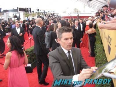 SAG Awards 2015 signing autographs for fans 13