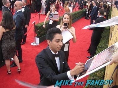 SAG Awards 2015 signing autographs for fans 22